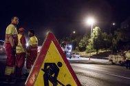 Los operarios durante la jornada nocturna de pavimentación