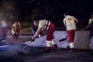 Los operarios allanan el pavimento para que quede firme y sin fisuras