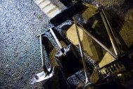 Un detalle de la fresadora trabajando en la carretera