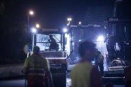 Operarios trabajando de noche para dejar la carretera firme y sin fisuras
