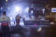 Los trabajadores se encargan del fresado del pavimento