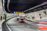 Un cartel luminoso dentro del túnel señala que hay obras en la carretera