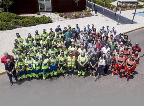 Emesa emplea a cerca de 300 profesionales, con una media de edad de 35 años, una alta cualificación y que se organizan en turnos para brindar soporte las 24 horas del día los 7 días de la semana