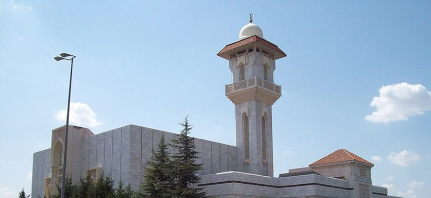 Ubicada en las afueras de la ciudad, la mezquita de la M-30 en Madrid tiene varios elementos curiosos que hacen que este centro religioso sea de obligada visita.