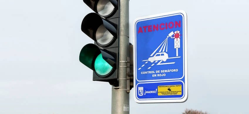 cartel advertencia radares semaforo madrid