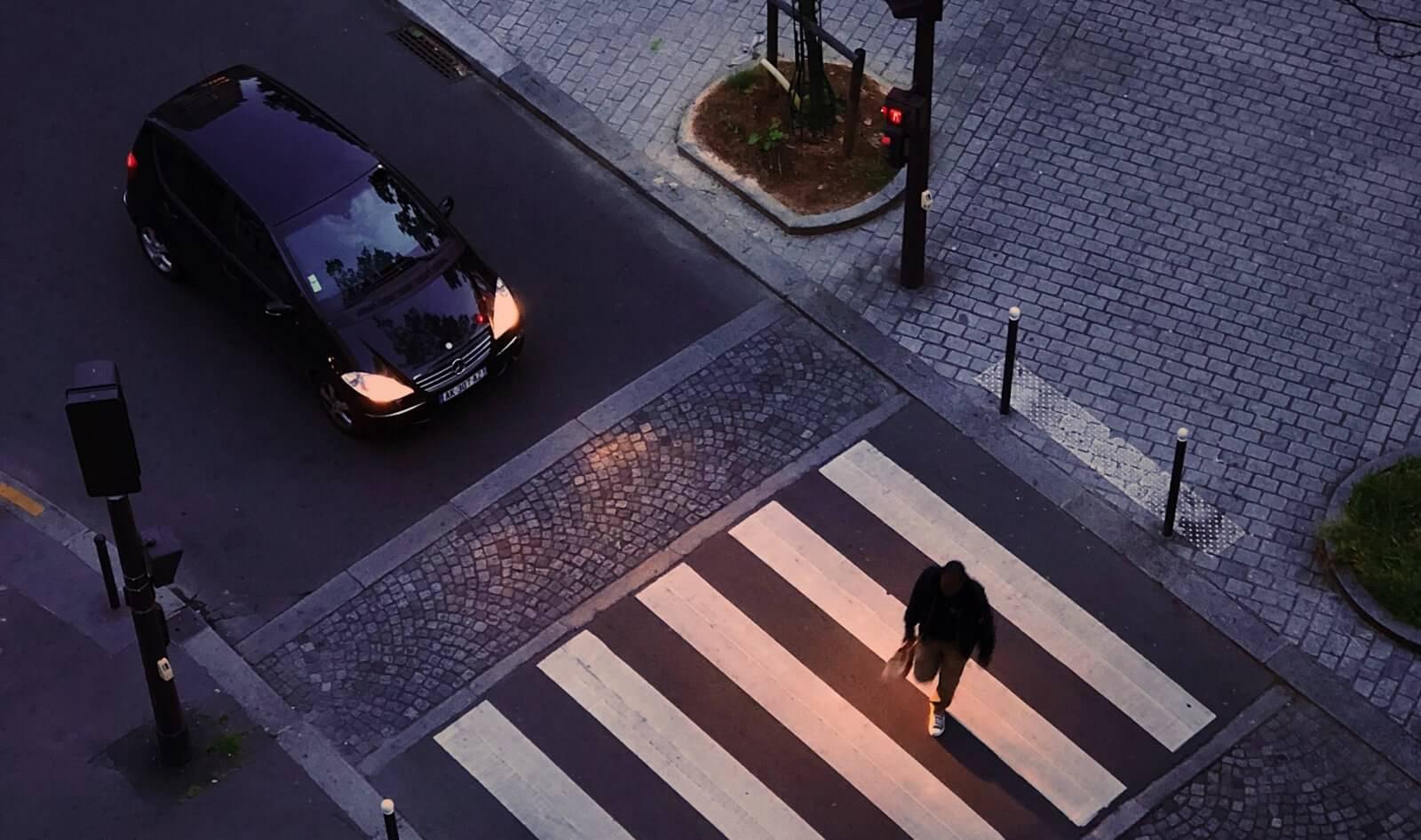 adapta la velocidad a las condiciones de la vía para conducir de noche de manera segura