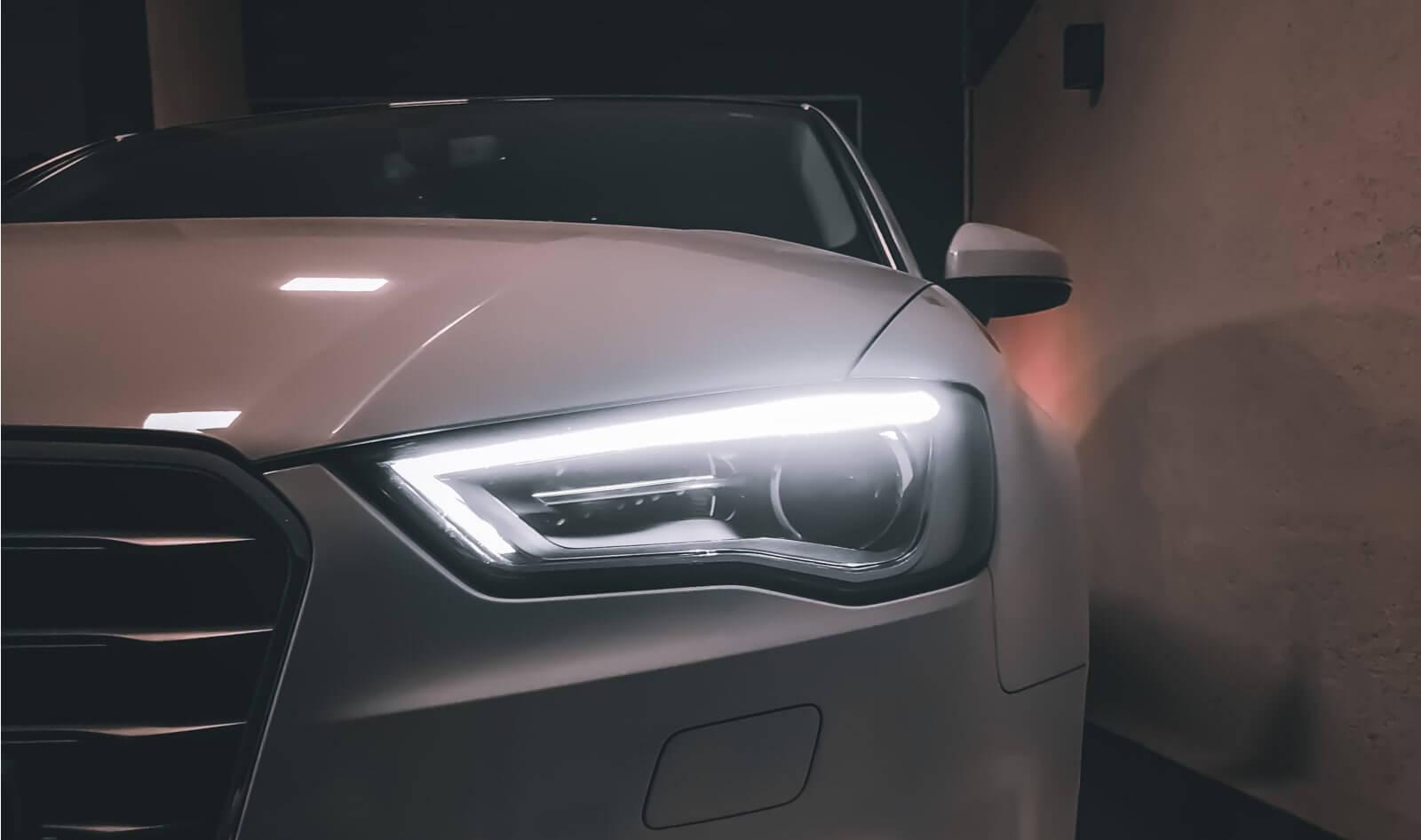 luces cortas y largas para conducir de noche de manera segura