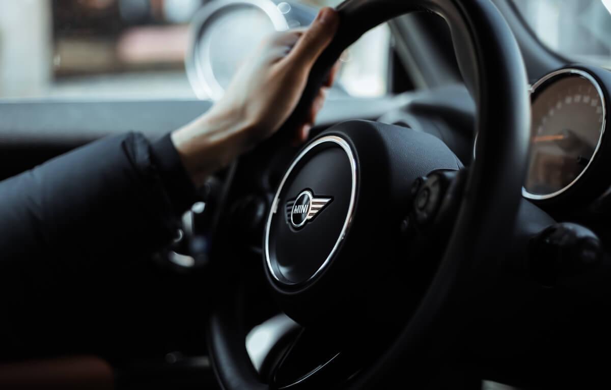 cómo sentarse correctamente en el coche distancia al volante