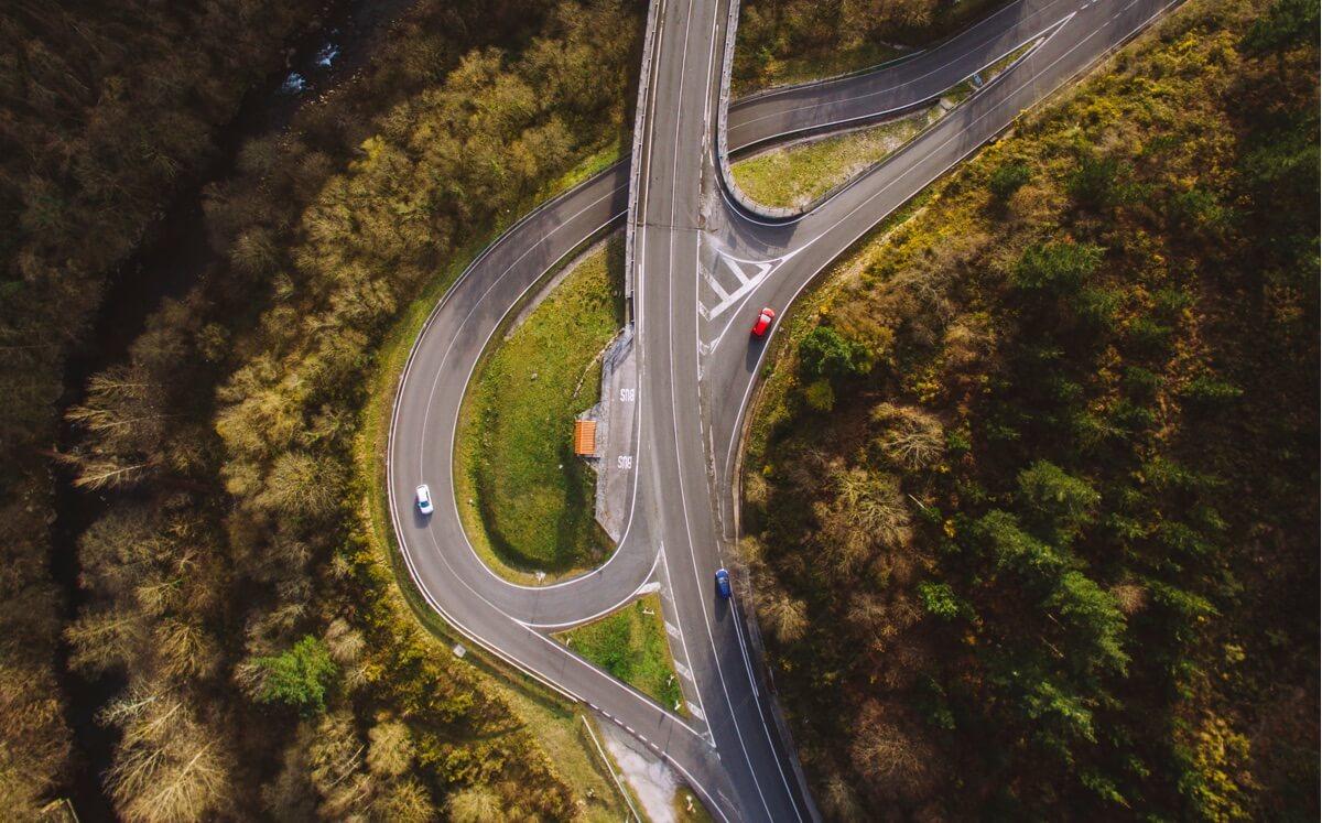 Dónde se producen más accidentes carreteras rectas o curvas