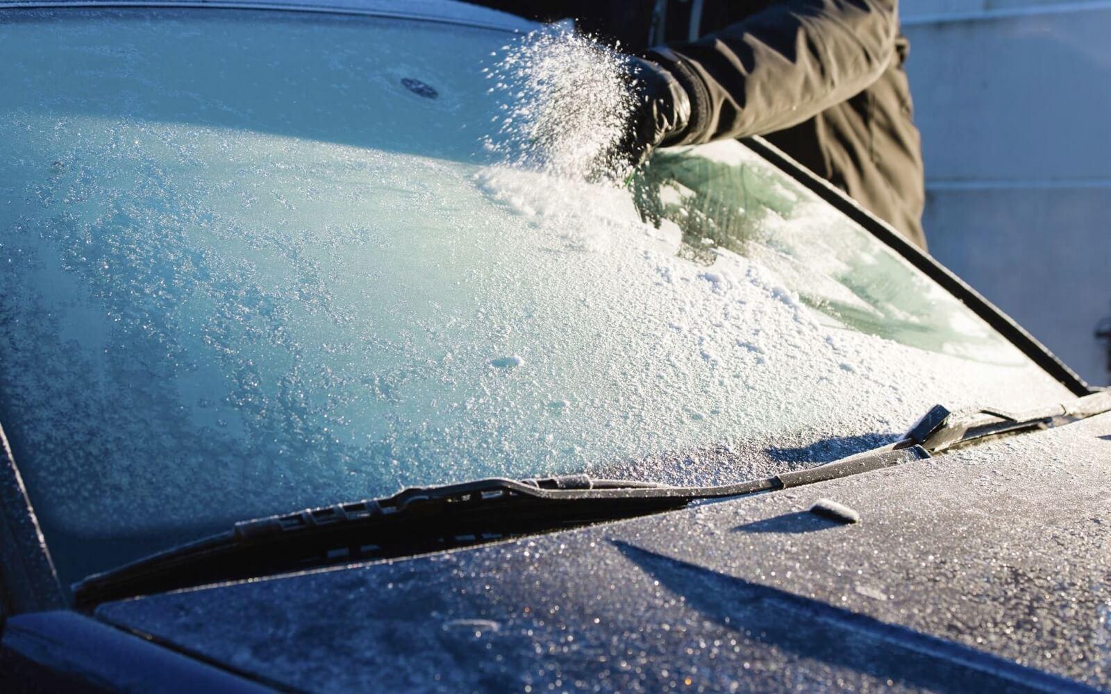 Quitar el hielo del parabrisas con rasqueta