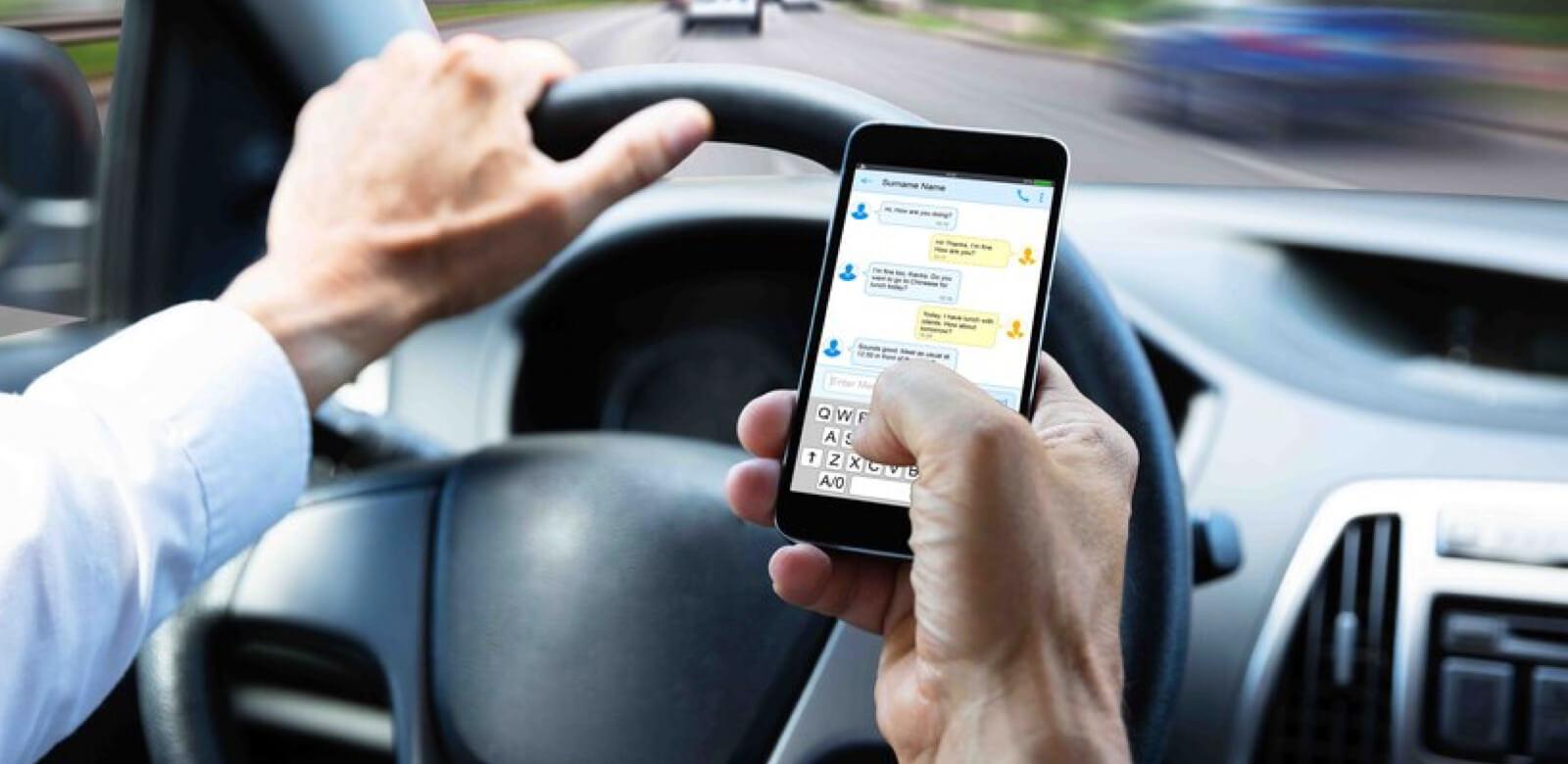 Utilizar el teléfono móvil mientras se conduce