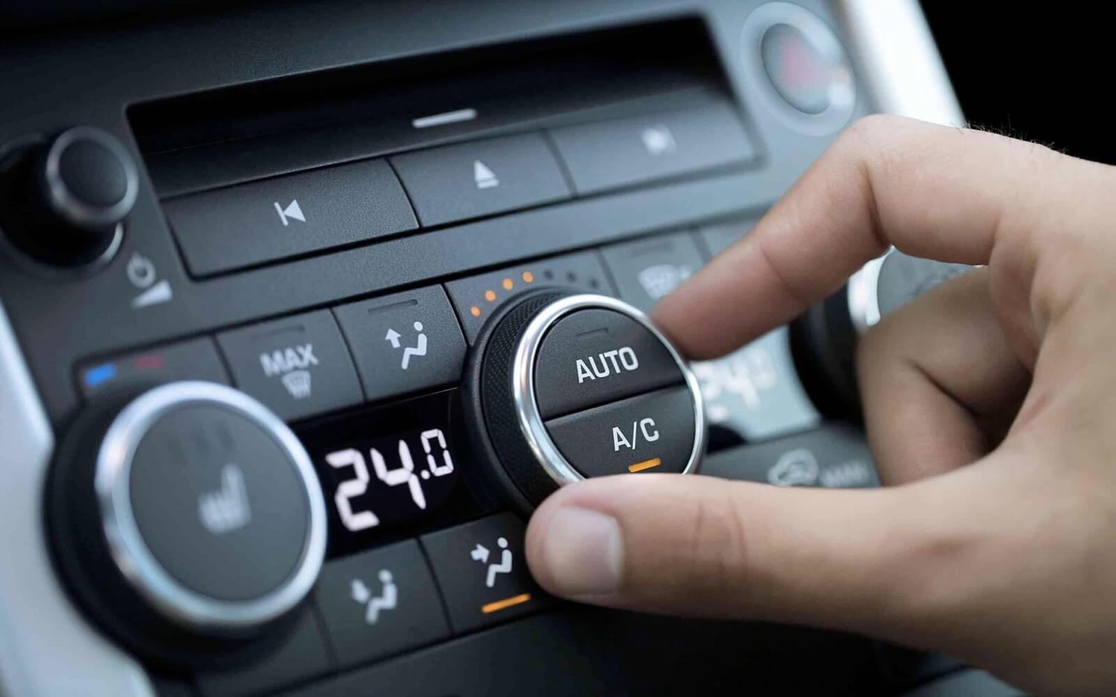 Manipular la radio mientras se conduce