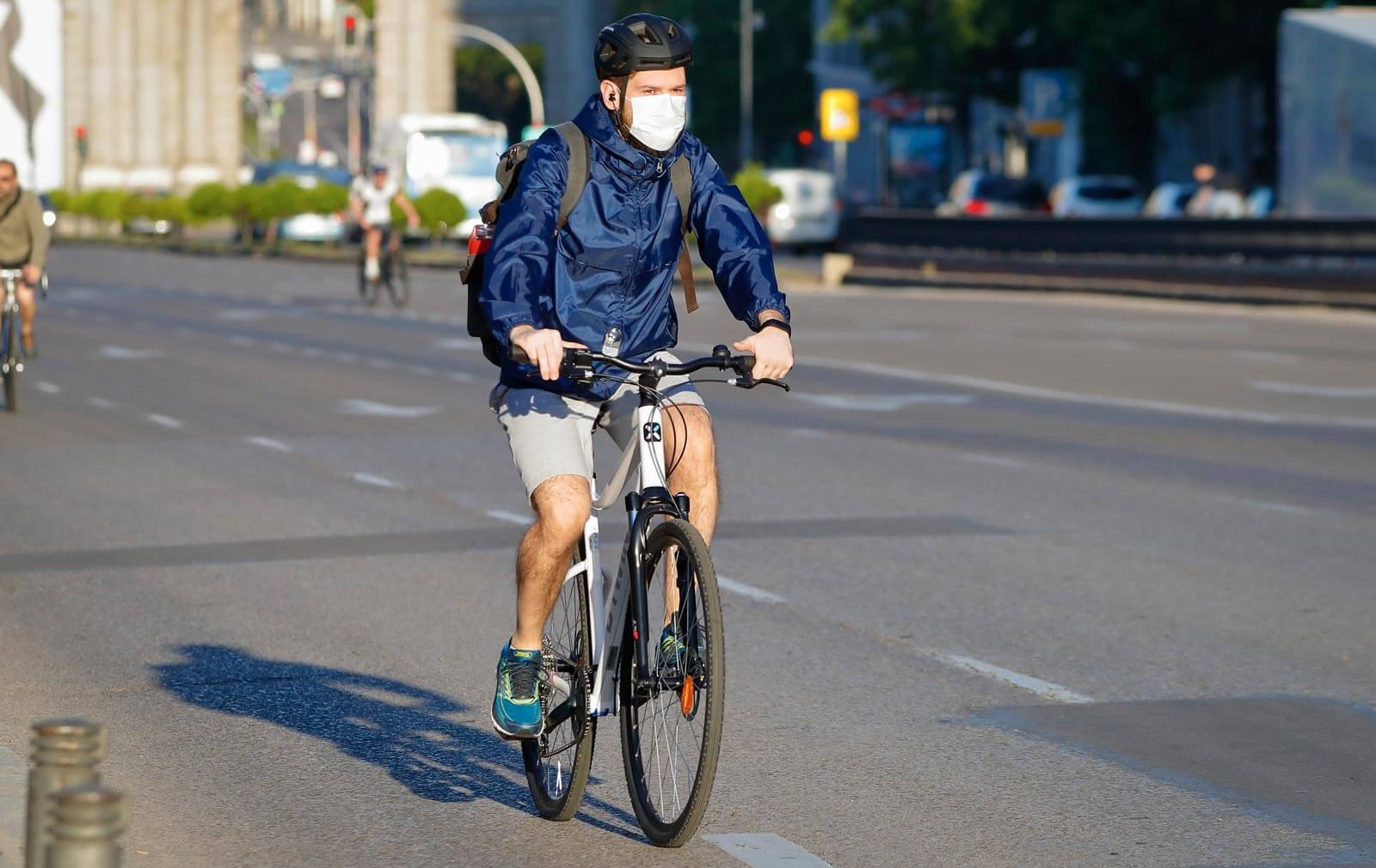 circular en la calzada con bici