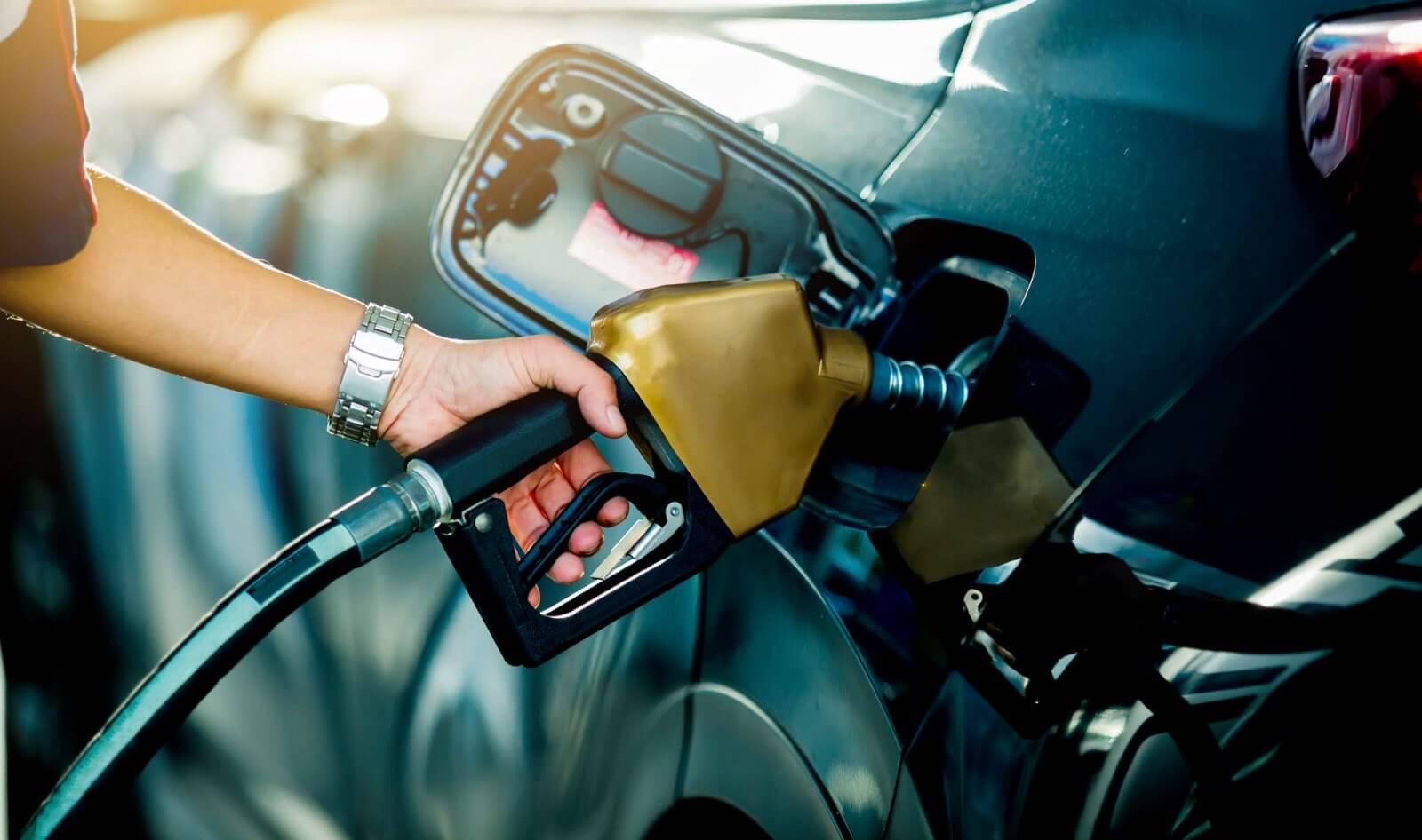 punto de carga coche electrico vs gasolina